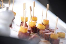 Brochette aperitives de magret et ananas poeles